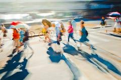 Ludzie na ulicie podczas zmierzchu - Abstrakcjonistycznego ekspresjonizmu impresjonizmu fotografia wystrój obraz royalty free