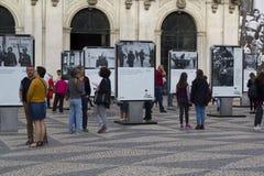 Ludzie na ulicznej wystawie, 25 Kwiecień, Lisboa Zdjęcia Stock
