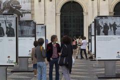 Ludzie na ulicznej wystawie, 25 Kwiecień, Lisboa Zdjęcia Royalty Free