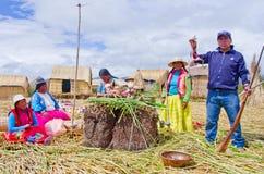 Ludzie na unosić się Uros wyspy na jeziornym Titicaca w Peru Fotografia Royalty Free