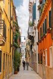 Ludzie na wąskiej ulicie w Wenecja, Włochy Obraz Stock