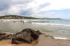 Ludzie na wczesny poranek plaży przy Scottburgh Południowa Afryka Obraz Royalty Free