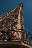 Ludzie na wieża eifla wierzchołku z niebieskim niebem i światłem słonecznym w Paryż Fotografia Royalty Free