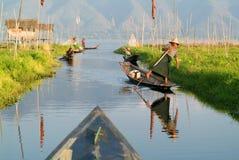 Ludzie na wiosłować łódź przy wioską Maing Thauk Zdjęcia Royalty Free