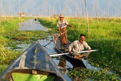 Ludzie na wiosłować łódź przy wioską Maing Thauk Zdjęcie Royalty Free