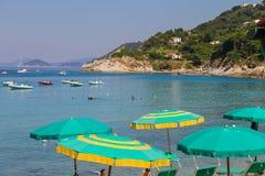 Ludzie na wybrzeżu Tyrrhenian morze, Sant Andreas na Elba Zdjęcia Royalty Free