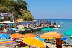 Ludzie na wybrzeżu Tyrrhenian morze, Sant Andreas na Elba Fotografia Royalty Free