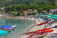 Ludzie na wybrzeżu Tyrrhenian morze, Sant Andreas na Elba Zdjęcie Stock