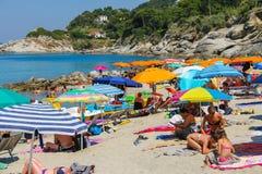 Ludzie na wybrzeżu Tyrrhenian morze, Sant Andreas na Elba Obrazy Stock