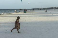 Ludzie na Zanzibar plaży Zdjęcia Royalty Free