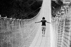 Ludzie na zawieszenie moście w górach blisko wioski Perarollo Di Cadore zdjęcia royalty free