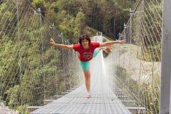 Ludzie na zawieszenie moście w górach blisko wioski Perarollo Di Cadore obrazy royalty free
