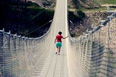 Ludzie na zawieszenie moście w górach blisko wioski Perarollo Di Cadore fotografia stock
