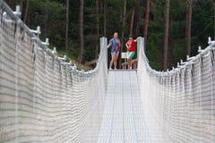 Ludzie na zawieszenie moście w górach blisko wioski Perarollo Di Cadore zdjęcia stock