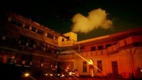 Ludzie na zewnątrz budynku z latarkami fotografia stock