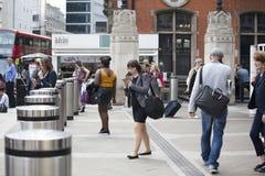 Ludzie na zewnątrz Liverpool ulicy staci Obraz Stock