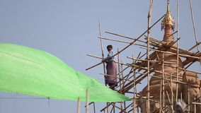 Ludzie naprawiają świątynię zbiory