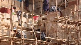 Ludzie naprawiają świątynię w Myanmar zbiory