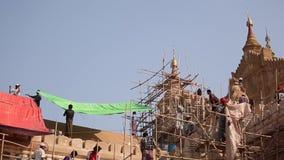 Ludzie naprawiają Buddyjską świątynię zbiory