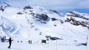 Ludzie narciarstwa w śnieżnym ośrodku narciarskim przy Matterhorn Klein z śniegiem nakrywali halnego i narciarskiego dźwignięcie  zdjęcie wideo