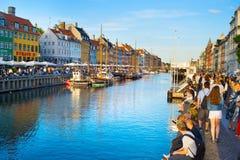 Ludzie Nyhavn portu Kopenhaga Dani Zdjęcie Royalty Free