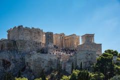 Ludzie objeżdża miejsce przeznaczenia wzgórze z akropolem Ateny, Pa obrazy stock