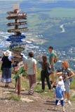 Ludzie obok kierunków pointerów Góra Mashuk w Pyatigorsk, Rosja Obrazy Stock