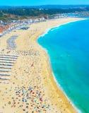 Ludzie ocean plaży Nazare Portugalia zdjęcia royalty free