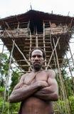 Ludzie od Korowai plemienia blisko swój tradycyjnego domu Plemię Korowai Kombai Obraz Royalty Free
