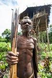 Ludzie od Korowai plemienia blisko swój tradycyjnego domu Plemię Korowai Kombai Zdjęcia Stock