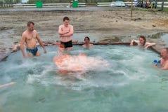 Ludzie odpoczynku przy geotermiczną gorącej wody wiosną Obraz Royalty Free