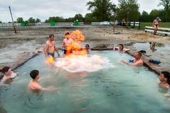 Ludzie odpoczynku przy geotermiczną gorącej wody wiosną Obrazy Royalty Free