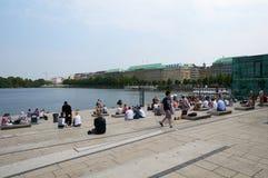 Ludzie odpoczywa Binnenalster jezioro hamburger Fotografia Stock