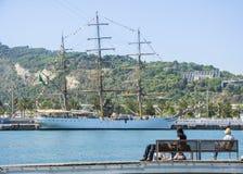 Ludzie odpoczywa morze na pogodnym ranku i ogląda przy Portowym Vell schronieniem w Barcelona Zdjęcie Stock