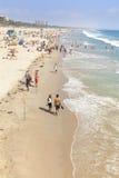 Ludzie odpoczywa na plaży podczas szczytowego sezonu Obraz Stock