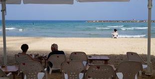 Ludzie odpoczywa na plastikowych krzesłach na plaży fotografia royalty free