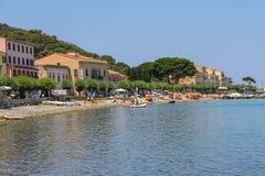 Ludzie odpoczywa na wybrzeżu Tyrrhenian morze, Elba wyspa Zdjęcia Royalty Free