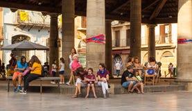Ludzie odpoczywa przy Porxada budynkiem, Granollers obraz royalty free