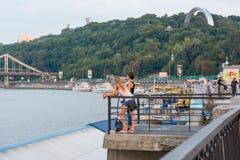 Ludzie odpoczywają na nabrzeżu i podziwiają scenerię, Ukraina, Kyiv editorial 08 03 2017 Zdjęcie Royalty Free