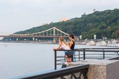 Ludzie odpoczywają na nabrzeżu i podziwiają scenerię, Ukraina, Kyiv editorial 08 03 2017 Fotografia Stock