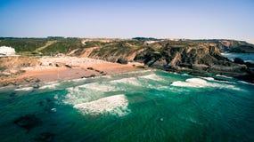 Ludzie odpoczywają na plażowym naer Zambujeira De Mącący, Portugalia widok z lotu ptaka Zdjęcie Stock