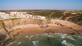 Ludzie odpoczywają na plażowym naer Zambujeira De Mącący, Portugalia widok z lotu ptaka Fotografia Royalty Free