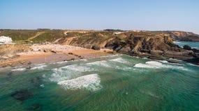 Ludzie odpoczywają na plażowym naer Zambujeira De Mącący, Portugalia widok z lotu ptaka Obraz Royalty Free