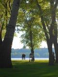 Ludzie odpoczywają na naturze w parku, Kijów, lato 2017 Zdjęcia Royalty Free