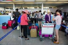 Ludzie odprawy przy Tra Noc lotniskiem wewnątrz Mogą Tho, Wietnam Obraz Royalty Free