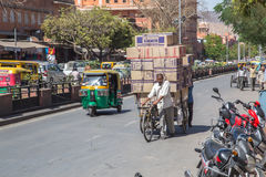 Ludzie odtransportowywa pudełka towary Fotografia Royalty Free