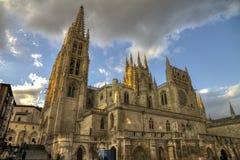 Ludzie odwiedza Catedral de Burgos przy zmierzchem zdjęcie stock