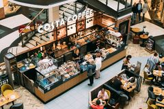Ludzie Odwiedza Costa Kawowego coffeehouse w zakupy centrum handlowym costar obrazy royalty free