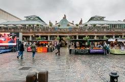 Ludzie odwiedza Covent ogródu Apple rynek, są dużym przyciąganiem dla restauracj, pubów, rynków kramów i sklepu w Londyn swój, obrazy stock
