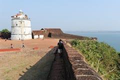Ludzie odwiedza fort Aguada na Goa, India Zdjęcie Royalty Free